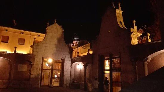Medina del Campo, Tây Ban Nha: Al fondo la torre de la Colegiata desde el interior del Patio del Palacio del Almirante.