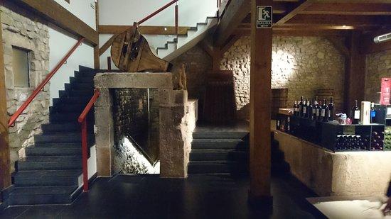 Cenicero, Hiszpania: Entrada a bodega subterránea y escaleras a la zona de exposición