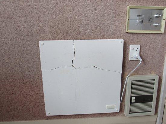 Waitomo Caves Hotel: Le radiateur, en très mauvais état, équipement d'un autre âge
