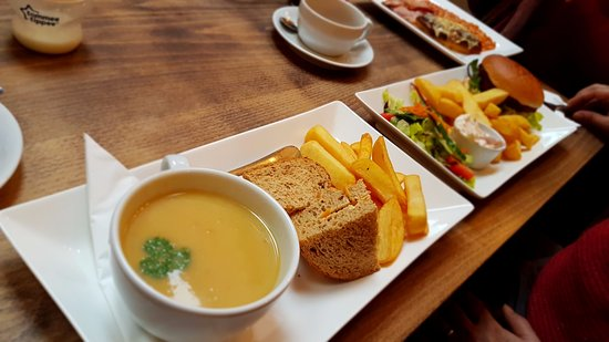Ashby de la Zouch, UK: Soup of the day and the Cajun Chicken burger