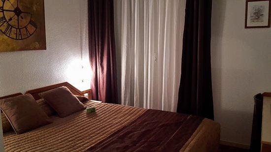 Scionzier, Francia: Chambre agréable et chaleureuse.seul bémol seulement deux prises (une salle de bain+une sur tabl