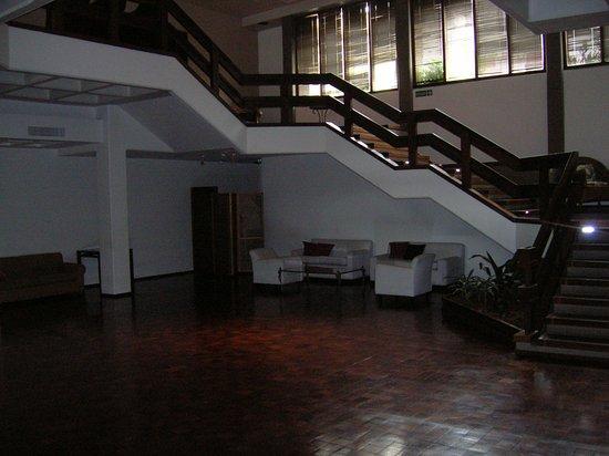 Hotel de la Canada: Uno de los tantos espacios con sillones que tiene el hotel al lado de los salones para convencio