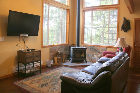 East Glacier Park, Μοντάνα: Living room in Baby Bear Cabin