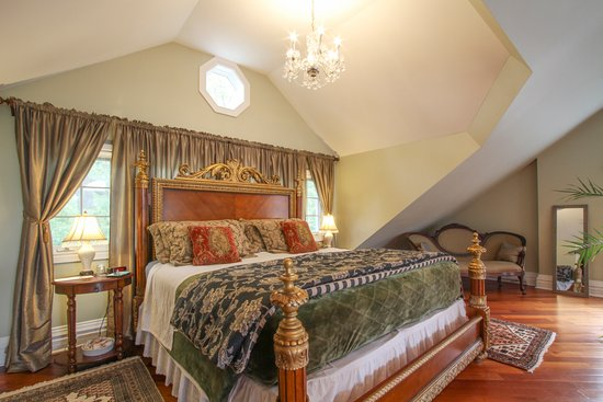 By The Park Bed and Breakfast: The Loft Suite
