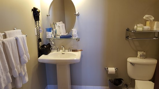 Water Street Hotel & Marina: Bathroom - Squeaky Clean