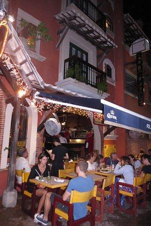 Rolandi's Pizzeria : Outside sitting area.