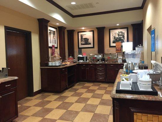 Hampton Inn & Suites Dallas-Arlington-South : Buffet Breakfast