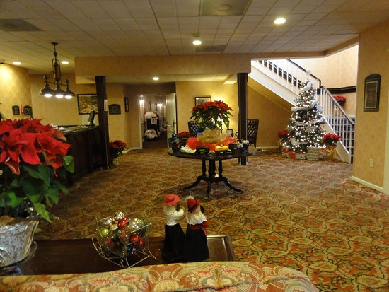 Latham, Νέα Υόρκη: main lobby, decorated for Christmas