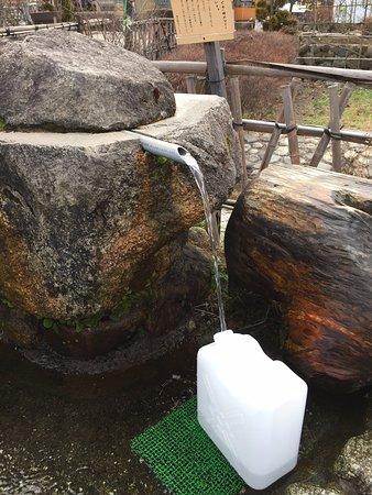 Michi-no-Eki Hakushu: こんなにいっぱい天然水が沸いています