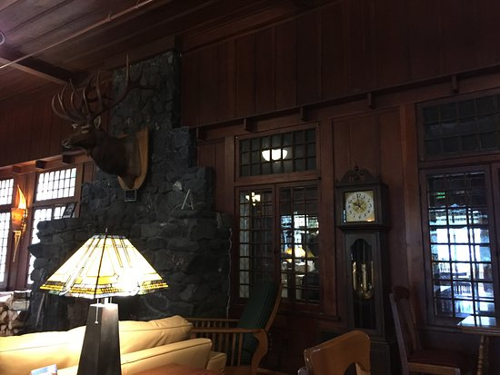 Lake Crescent Lodge: Lodge with fireplace