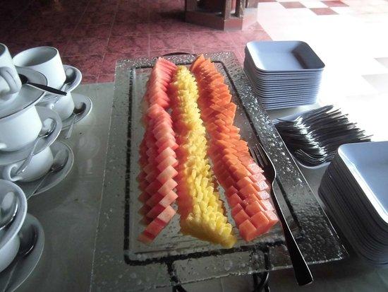 Bukit Senggigi Hotel : フルーツ3種(スイカ、パイナップル、パパイヤ)
