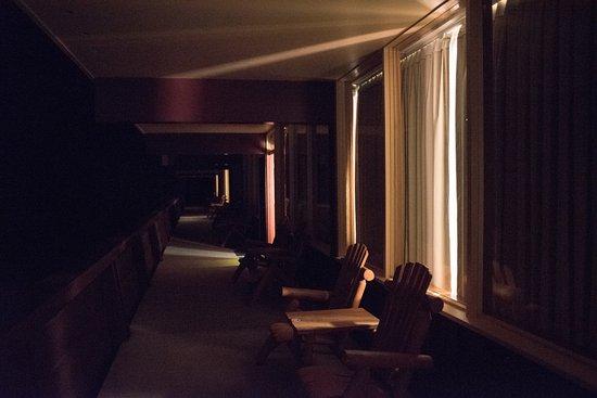 Village Inn At Apgar: The main balcony / motel throughway at night
