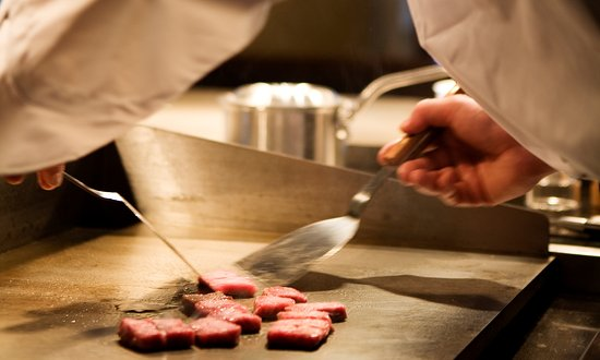 Yumekaiyu Awajishima: オープンキッチンのダイニングでは淡路牛ステーキをホールに溢れる料理の音、香りなど五感で堪能できる