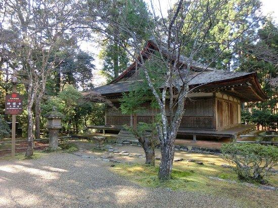 Jingoji Temple : 境内には堂宇が建ち並びます。大師堂です。