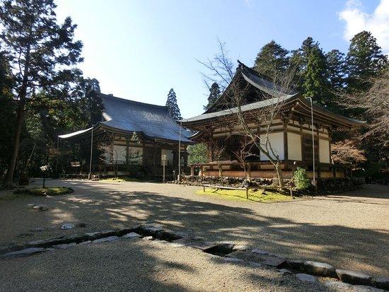 Jingoji Temple : 境内には堂宇が建ち並びます。五大堂、奥に毘沙門堂です。