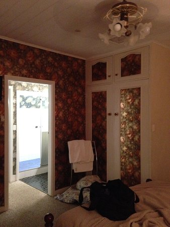 Nundle, Australia: Toilet door hits the roof, slippery tiles