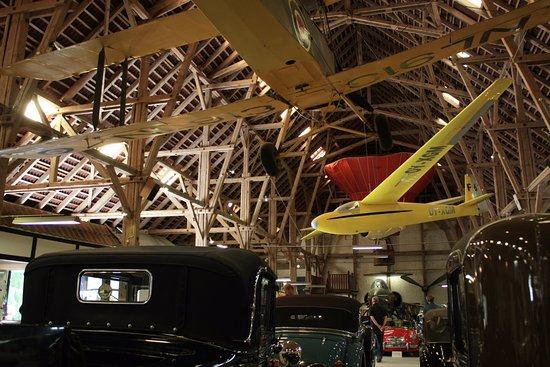Egeskov Slot: 裡面其中的骨董車和飛行器展