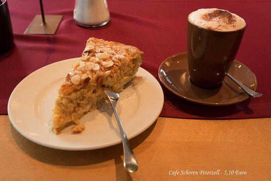 Das Roessle Hotel & Cafe Schoren: Leckerer Apfelkuchen mit Mandeln und heisse Schokolade