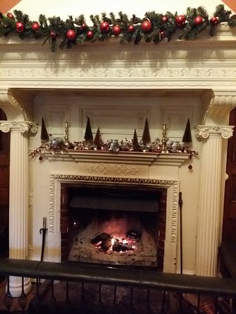 Crickhowell, UK: Fireplace in main sitting room