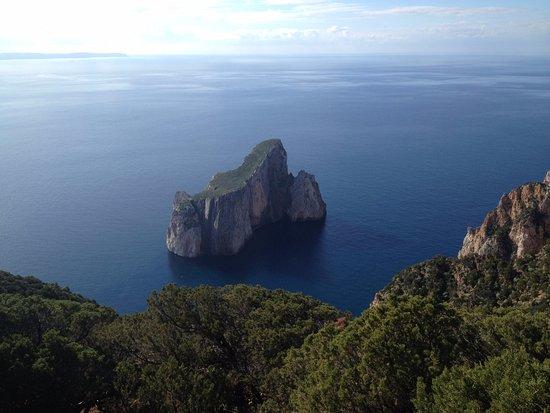 """Iglesias, Italia: Vista del faraglione dal percorso trekking """"miniere nel blu"""""""