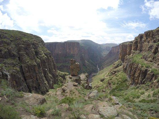 Semonkong, Lesotho: 滝つぼまでの正解の道にある特徴的な岩
