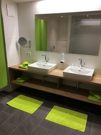 Modernes Bad mit Regendusche! - Bild von AlpTirol Aparthotel ...