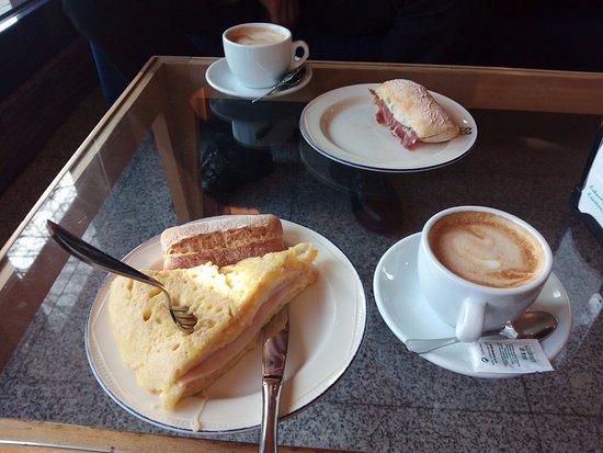 Zamudio, Ισπανία: Desayuno en sofá en la recepción - bar.
