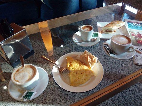 Zamudio, Ισπανία: Desayuno en el sofá junto a recepción.