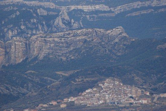 Penarroya de Tastavins, Spain: Al fondo Rocas de Masmut y el pueblecito de Peñarroya de Tastavin en el Matarranya