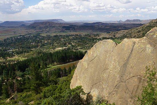Morija, Lesotho: 奥の山を登ると恐竜の足跡があります。