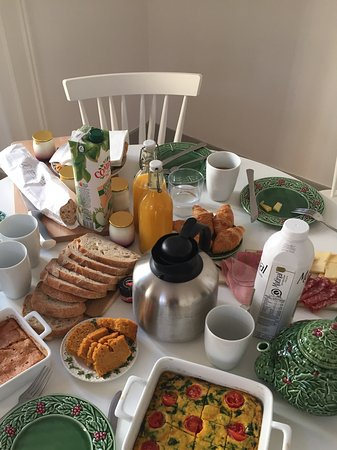 Casa Amora Guesthouse: Breakfast delivery