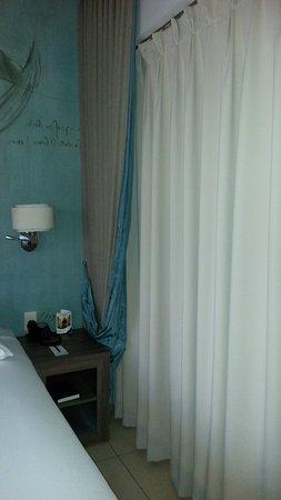 Peermont Metcourt Hotel at Emperors Palace: Salle d'eau avec rideau tiré