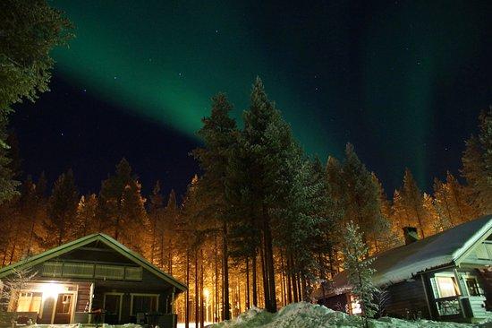 Salla, Finlandia: Hüttedorf bei Nacht mit Polarlicht