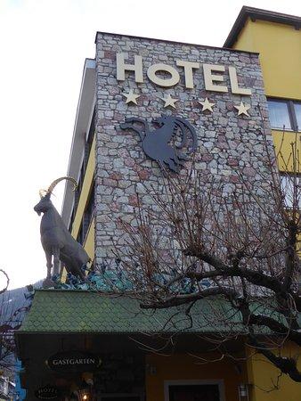 Hotel Schrofenstein: Le haut de l'hôtel, vue extérieure