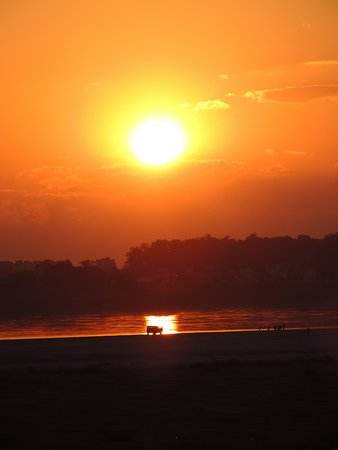 Beau Rivage Mekong Hotel: Sunset from over the road to the room