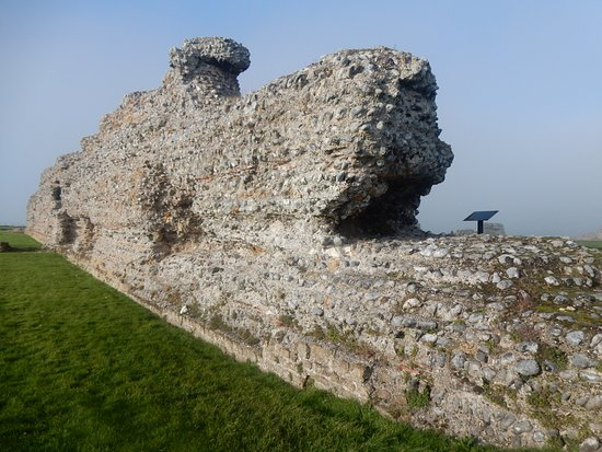 Sandwich, UK: The first wall encountered from the visitor center.