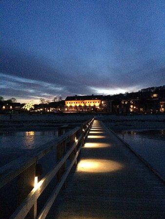 Bastad, Suède : Ett vackert möblerat rum med utsikt mot kallbadhuset!
