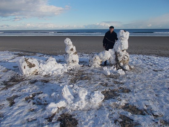Wells Beach: Snowmen build by someone else but still standing and we decided to take advantage of the lovely