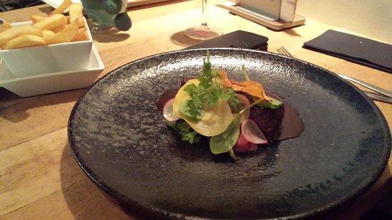 Delfzijl, The Netherlands: Entrecote, zalm en eendeborst.  Prachtige bordjes en heerlijk gegeten!