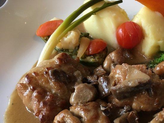 Coulommiers, Francja: Ris de veau servi avec purée et Petits légumes