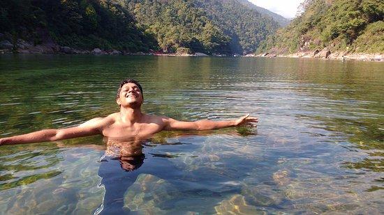 Meghalaya, الهند: Crystal clear water of Umgot river which passes by Shnongpdeng village near Dawki.
