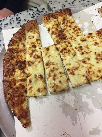 Waterford, MI: Cheesy Bread & Pizza were both delicious!