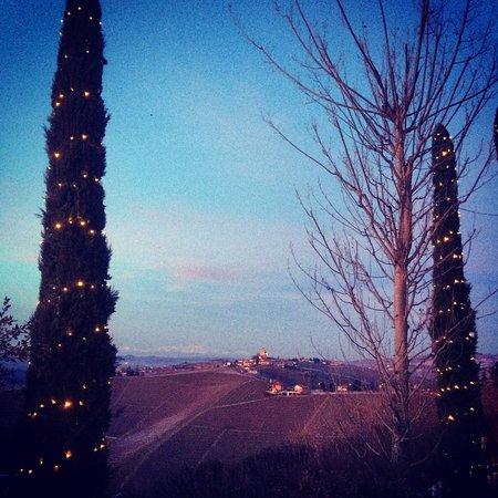 Serralunga d'Alba, อิตาลี: Christmas view of Serralunga village