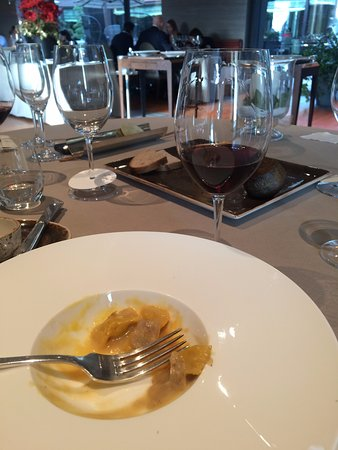 Serralunga d'Alba, Włochy: Delicious ravioli with white truffles and a glass of Barbera d'Alba