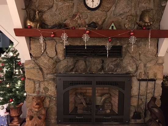 Idyllwild, Καλιφόρνια: Fireplace (we brought decorations)