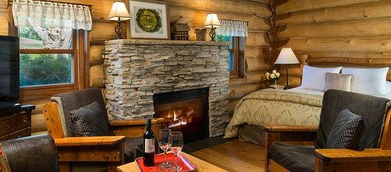 Justin Trails Resort : Paul Bunyan log cabin with whirlpool, fireplace, stove, refrigerator, coffee maker, microwave
