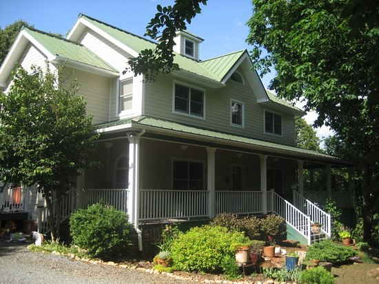 Rooster Hill Bed & Breakfast: SIDE VIEW