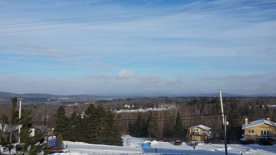 Sutton, Canada: Parking lot view toward Bromont