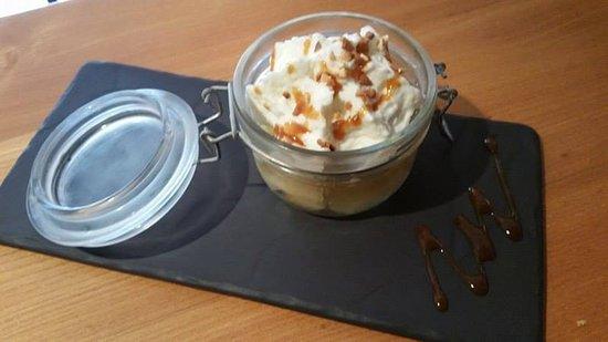 Guingamp, France: Ecrasé de pommes du jardin et mousse de fromage blanc, caramel au beurre salé