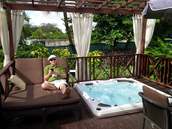 Little Arches Boutique Hotel: Private hot tub on the deck.